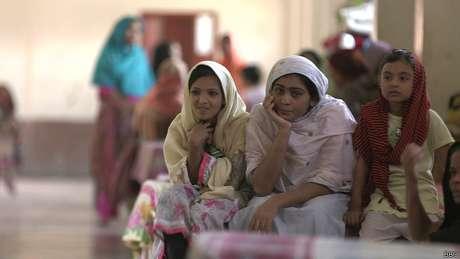 Em abrigo, mulheres cuidam dos filhos umas das outras e prometem não entregar-se à polícia, caso sejam acusadas de adultério