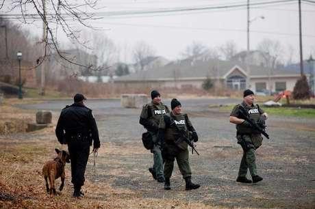 <p>Agentes especiais procuram Bradley William Stone, suspeito de matar seis familiares em Pennsburg, na Pensilv&acirc;nia, Estados Unidos, nesta ter&ccedil;a-feira</p>