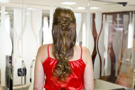 O penteado valoriza a estrutura natural do cabelo