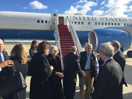 Alan Gross (ao centro), chega de Cuba, em 17 de dezembro, na base aérea de Andrews, em Maryland, EUA. Cuba libertou o americano após cinco anos de detenção, além de libertar 53 presos políticos