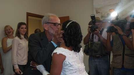 O casal Wagner Fernandes, 60 anos, e Paola Fernandes, de 36, oficializou a união de seis anos. É o quarto casamento dele - o primeiro com uma travesti