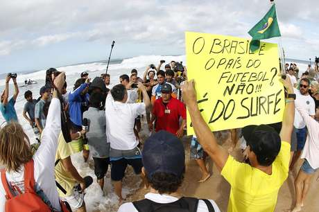 <p>Após decepção com Copa, brasileiros vibram com conquista de Medina</p>