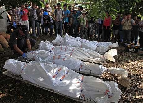 <p>Corpos dos cinco soldados mortos pelas For&ccedil;as Armadas Revolucion&aacute;rias da Col&ocirc;mbia (FARC) em uma &aacute;rea rural de Santander de Quilichao, Cauca, em 19 de dezembro</p>