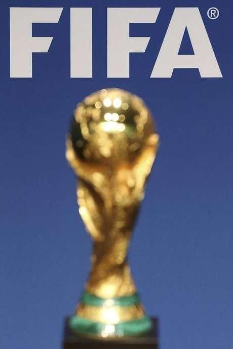 Logo da Fifa é fotografada perto da taça da Copa do Mundo em Zurique. 23/01/2014