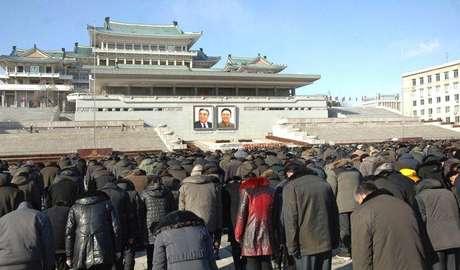 Norte-coreanos prestam homenagem ao ex-líder Kim Jong Il, em Pyongyang, no aniversário de três anos de sua morte. 17/12/2014