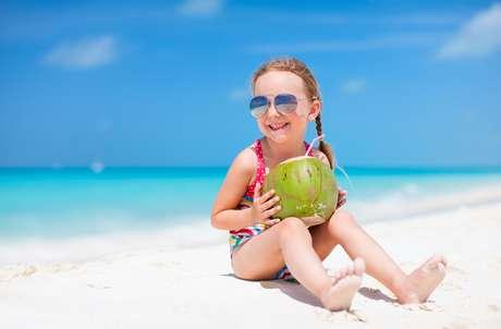 Além da sensação de refresco, a água de coco tem alto conteúdo de minerais, que são excelentes para hidratar, manter o fluxo salivar equilibrado e as bactérias longe da boca