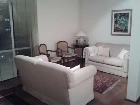 A sala de Luba é pequena e é preciso ficar atento aos objetos de decoração