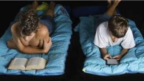 <p>A exposição à luz azul à noite pode desacelerar ou impedir a produção de melatonina, hormônio que regula o sono</p>