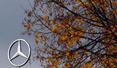 Logotipo da Mercedes-Benz, subsidiária da Daimler, perto de Frankfurt. 23/10/2013