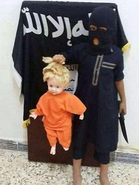 <p>Criança encena execução usando boneca</p>