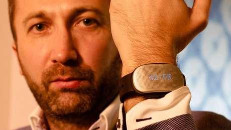 George Mikaberidze, cofundador da empresa fabricante do aparelho, a HealBe, mostra o gadget durante a edição 2015 da CES