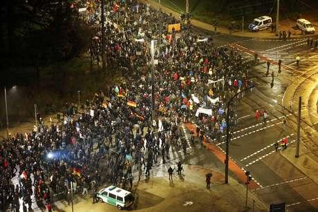 <p>Questões econômicas e de identidade causadas pela União Europeia, problemas dos refugiados, aumento da imigração ilegal, o choque de culturas, e as tensões multiculturais são fatores que trouxeram à tona o problema da xenofobia na Alemanha</p>
