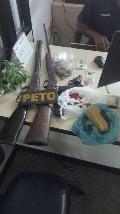 Acusados vão responder pelos crimes de tráfico de drogas, porte ilegal de arma de fogo e homicídio
