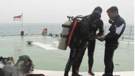 Mergulhadores se prepara para buscar destroços do avião (foto: EPA)