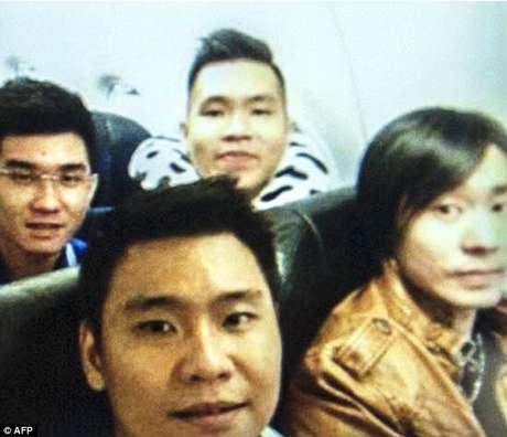 Selfie do grupo de amigos mostra jovens sorrindo dentro do avião pouco antes do incidente