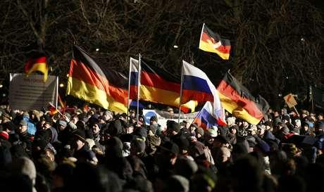 """<p>Milhares de pessoas participam de uma manifestação organizada pelo movimento """"Patriotas Europeus contra a Islamização do Ocidente"""" (Pegida) em Dresden, em 5 de janeiro</p>"""