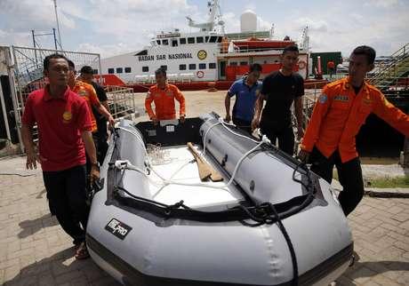 O bom tempo desta terça-feira permitiu que mergulhadores chegassem a profundidades em busca de corpos e escombros