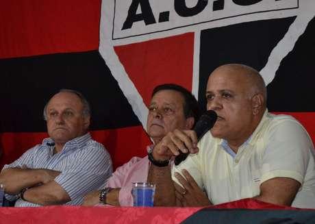 Maurício Sampaio discursa ao lado de Jovair Arantes e Valdivino de Oliveira