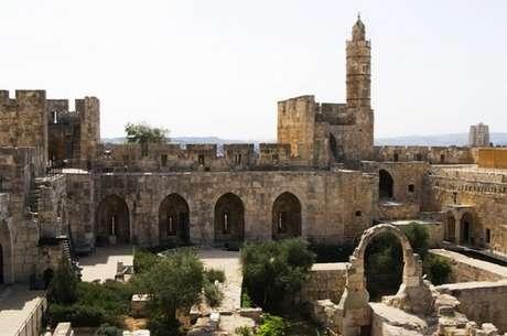 """<p><span style=""""font-size: 15.1999998092651px;"""">Torre de David, na cidade velha de Jerusalém, local construído ainda antes de Jesus e reconstruído por povos conquistadores ao longo dos séculos</span></p>"""