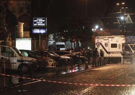 Peritos checam a cena de um atentado contra uma delgacia em Istambul, em 6 de janeiro