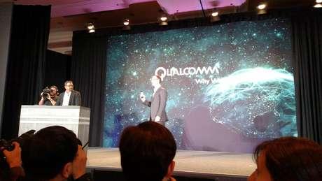Raj Talluri, vice-presidente de produtos da Qualcomm, apresenta o chip que liga lâmpadas regulares à rede sem fio