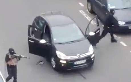 <p>Homens armados atacam sede de revista francesa; tiroteio deixa12 mortos</p>