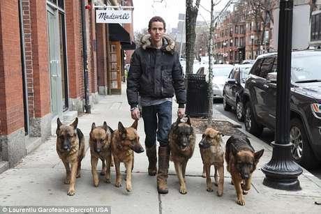 <p>Augusto de Oliveira caminhapelas ruas das cidades de Massachusetts com seus cães</p>