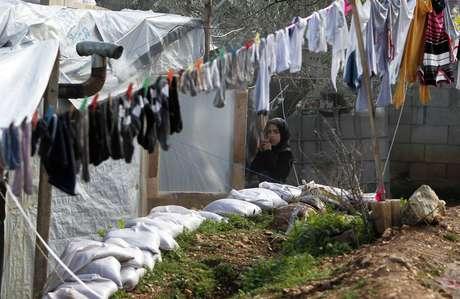 Refugiada síria em acampamento estabelecido no vilarejo de Ketermaya, ao sul de Beirute, no Líbano