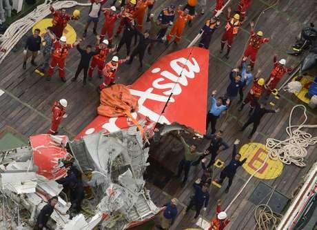 A cauda do avião da AirAsia, retirada do Mar de Java por oficias indonésios, neste sábado, será transferida de navio até o porto de Kumai para ser analisada