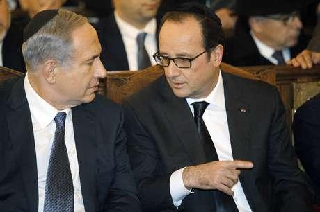O presidente francês e o premiê de Israel conversam durante cerimônia