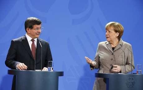 O primeiro-ministro turco, Ahmet Davutoglu (esquerdo), e a chanceler alemã, Angela Merkel, concedem entrevista coletiva em Berlim, na Alemanha, nesta segunda-feira. 12/01/2015