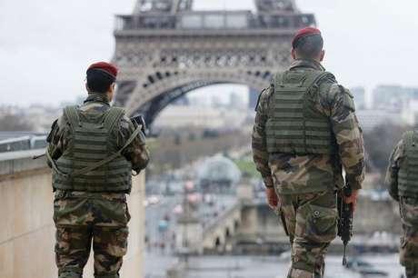 <p>Soldados franceses em frente à Torre Eiffel, em Paris</p>
