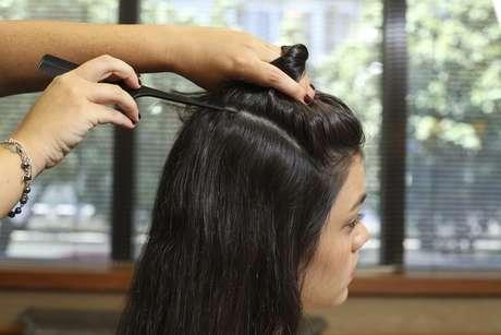 Separe a parte de cima do cabelo, dividindo a lateral em uma linha uma linha reta, demarcando a área onde será feita a trança