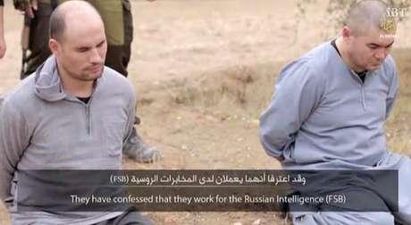 Os dois homens, supostamente russos, estão ajoelhados