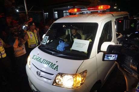 Ambulância transporta o corpo do brasileiro Marco Archer Cardoso Moreira, que foi fuzilado na madrugada de domingo (no horário local) por tentar entrar no país com cocaína