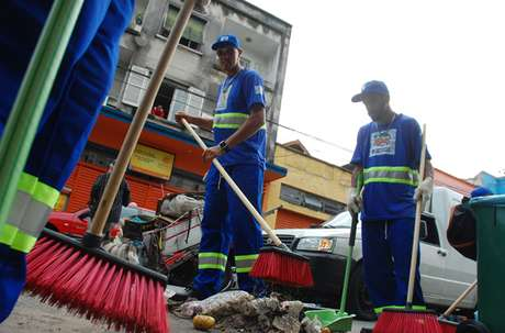 """321 beneficiários do """"De Braços Abertos"""" trabalham no serviço de varrição de ruas e recebem R$ 15 por dia e três refeições"""