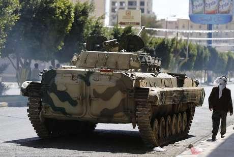 Tanque passa por ruas de cidade do Iêmen