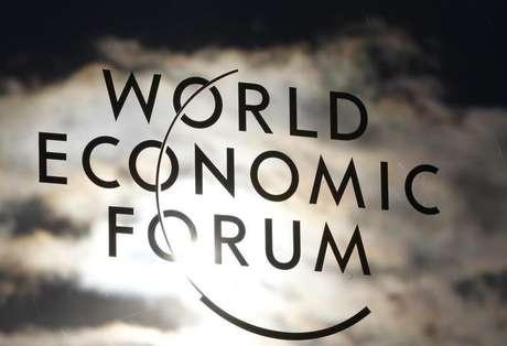 Logo do Fórum Econômico Mundial é visto na janela do centro de convenções de Davos, na Suíça