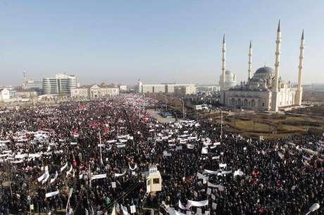<p>Protesto contra a publicação de charges satíricas do profeto Maomé em Grozny, na Chechênia</p>