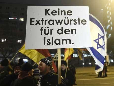 """<p>Um homem se manifesta em Berlim contra a """"islamização do Ocidente"""" em um ato do movimento xenófobo Pegida e da sua versão berlinense,Bregida, em19 de janeiro</p>"""