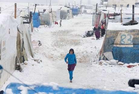 <p>Uma refugiada síria caminha sobre a neve em um acampamento de Bar Elias, no vale de Bekaa, Líbano, em janeiro de 2015</p>