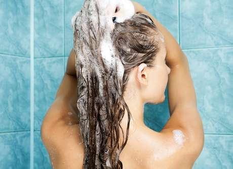 Cabelos oleosos devem ser lavados diariamente, enquanto os secos precisam de intervalo de dois dias para que a oleosidade da raiz chegue até as pontas