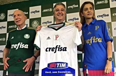 <p>Jos&eacute; Roberto Lamacchia (fundador e controlador da Crefisa), Paulo Nobre e Leila Pereira (presidente da Crefisa) apresentaram a camisa do Palmeiras com o patroc&iacute;nio m&aacute;ster</p>
