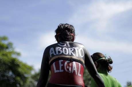 <p>Imagem de arquivo de 2012 de cidadã salvadorenha protestando pela legalização do aborto no país</p>