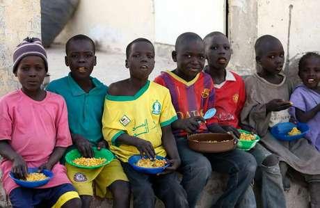 Crianças deslocadas como resultado dos ataques do Boko Haram no nordeste da Nigéria comem no acampamento de Yola, no Estado de Adamawa, Nigéria. 13/01/2015