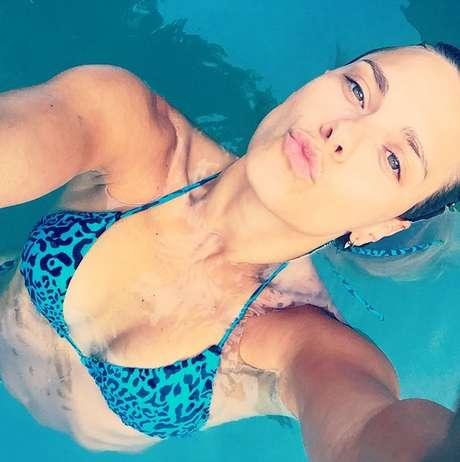 Carolina Dieckmann mergulhou relaxada após fim de semana no spa de Bela Gil