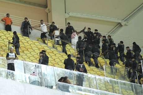 <p>Torcida do Vasco entra em confronto com a polícia; brigas prosseguiram nas dependências da Arena Amazônia</p>