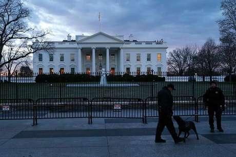 Homens do Serviço Secreto dos EUA em frente à Casa Branca, em Washington. 20/01/2014