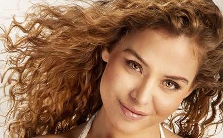 Aplicação de óleo ajuda a diminuir o ressecamento e devolve a maciez e o brilho ao cabelo