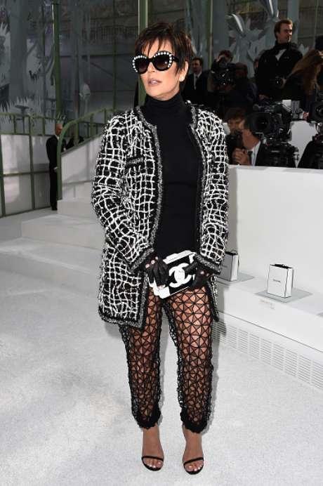 Com calça transparente, Kris Jenner foi prestigiar a apresentação da filha Kendall na passarela de Chanel